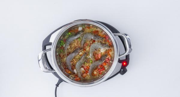 Add tomato cubes, noodles, peas, langoustines, paprika and fish broth. Mix everything together and close with Secuquick softline.