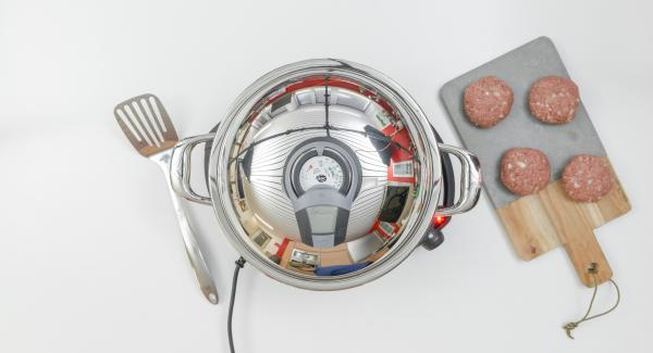 Place the HotPan on the hob and set it at highest level. Switch on Audiotherm, fit it on Visiotherm and turn until the roasting symbol appears.