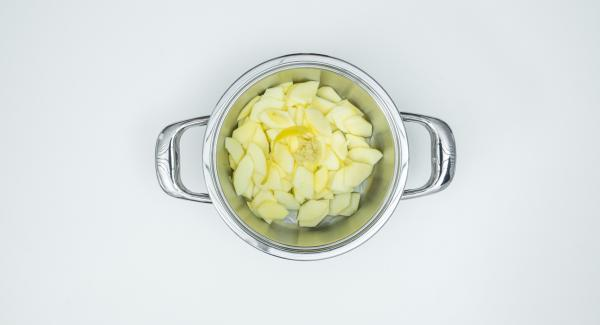 Put the apple slices, lemon peel, 2 tablespoons of lemon juice, ginger and apple juice in a pot.
