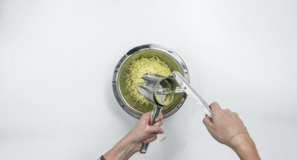 Peel the potatoes, let them cool and press them through a potato press or grate them roughly.