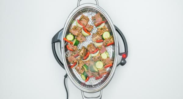 As soon as the Audiotherm beeps on reaching the roasting window, set at level 4, put in skewers and close with lid.