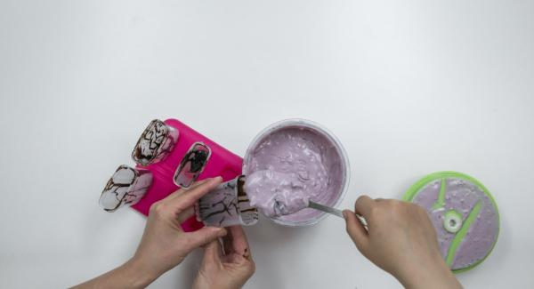 Distribute mixture in the ice cream molds and close with the stick attachments.