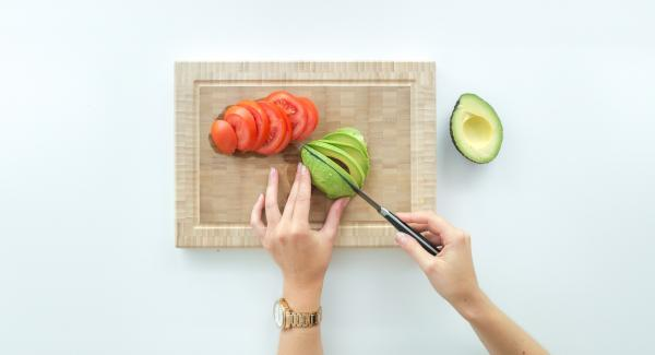 Stone the avocado, remove the fruit pulp with a spoon and spread it on the toasts.