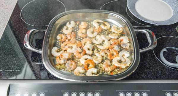 As soon as the Audiotherm beeps on reaching the roasting window, set at low level and roast prawns. Remove and add a little salt.