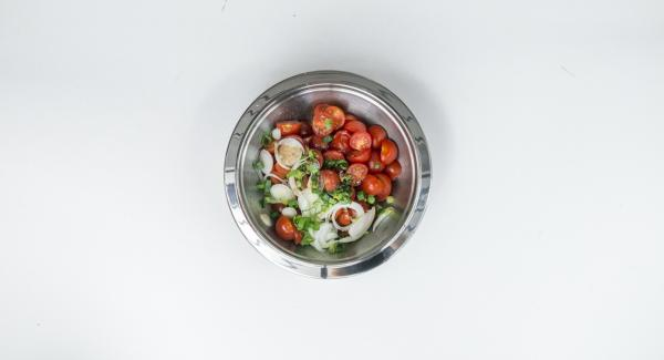 Clean and halve or quarter tomatoes, clean spring onions and cut into fine rings. Mix tomatoes and onion with oil and balsamic vinegar. Season with salt and pepper.