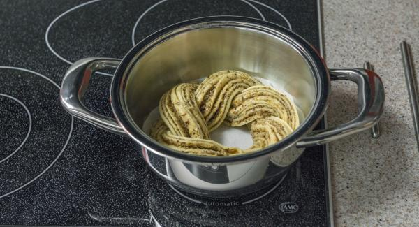 Put the braid in the pot. Put the pot on the stove and set it on lowest level. Place Navigenio overhead and set at low level. While the Navigenio flashes red/blue, enter approx. 25 minutes in the Audiotherm and bake light brown.