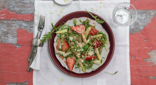 Asparagus salad with strawberries