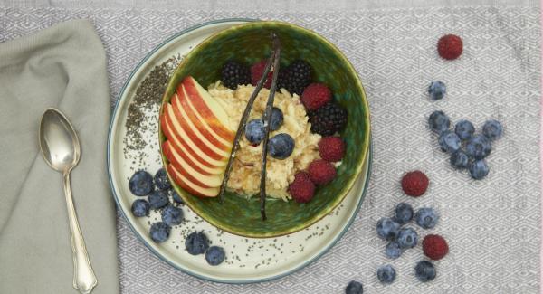 Vegan porridge with apple