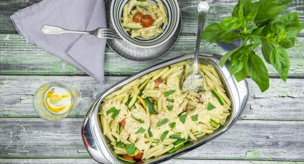 Pasta and zucchini salad with sheep's cheese dressing