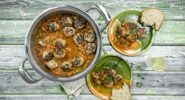 Albòndigas (meatballs with tomato sauce)